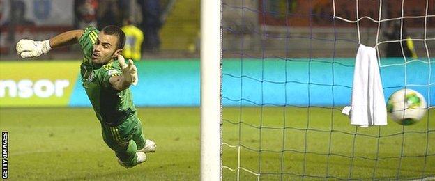 Aldo Simoncini non riesce ad evitare un altro gol contro la Polonia nelle qualificazioni ai Mondiali di settembre 2013