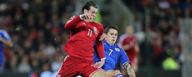 Gareth Bale (L) was marked by Everton's Muhamed Besic (R)