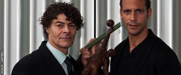 Shaun Campbell and Rio Ferdinand with a scaled-down version of the statue