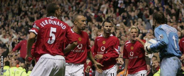 United players confront Arsenal keeper Jens Lehmann