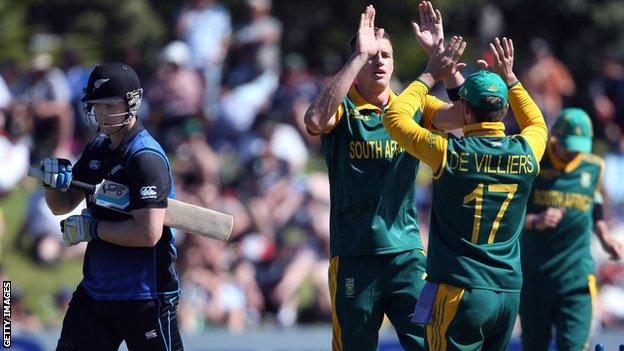 South Africa's Morne Morkel and AB de Villiers celebrate the dismissal of New Zealand's Jimmy Neesham