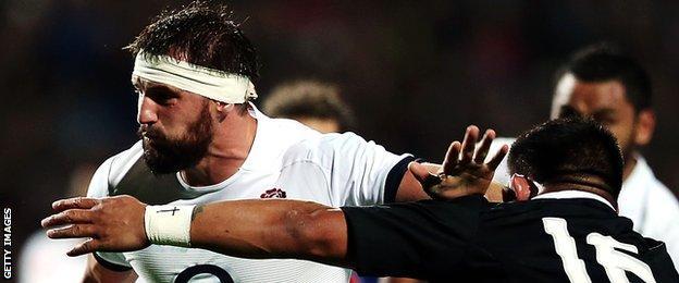 England flanker Tom Wood hands off New Zealand hooker Keven Mealamu
