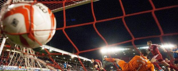 Adam Rooney scores for Aberdeen against Hamilton Academical