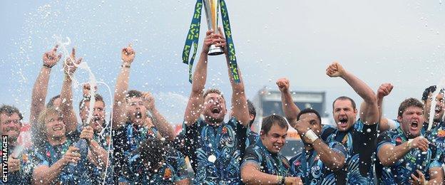Dean Mumm lifts the LV= Cup