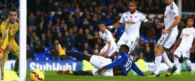 Everton striker Romelu Lukaku fails to put away a Samuel Eto' cross late on against Swansea