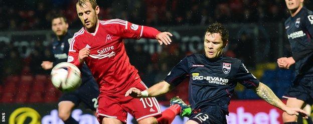 Aberdeen's Niall McGinn challenges Ross County defender Darren Barr