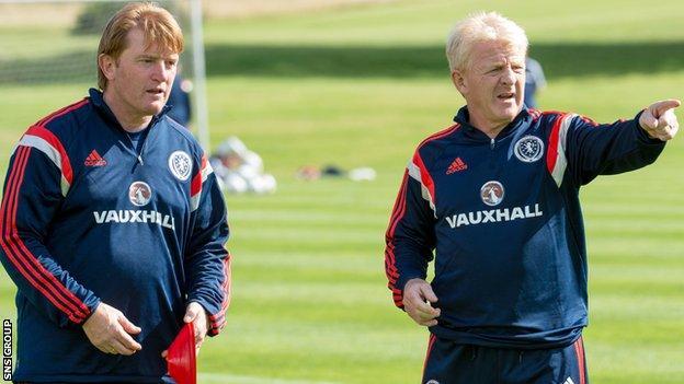 Stuart McCall with Scotland boss Gordon Strachan