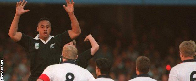 Jonah Lomu playing against England in 1995