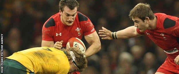 Sam Warburton tackled by Michael Hooper