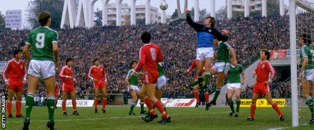 Pat Jennings punches the ball against Romania in 1985