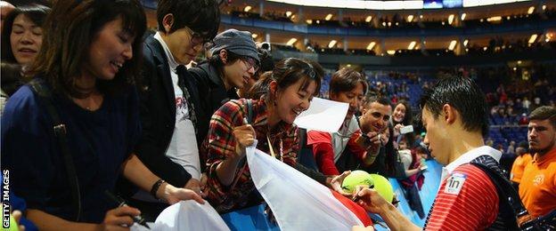 Nishikori signs autographs for his fans