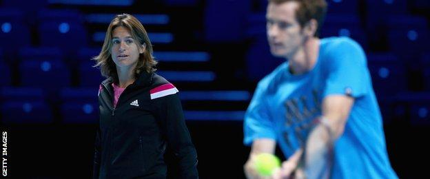 Amelie Mauresmo watches Andy Murray in practice