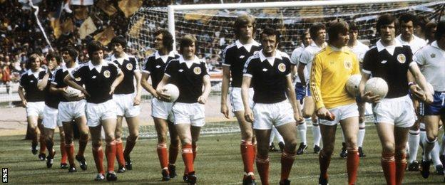 Gordon McQueen walks out with the Scotland team in 1977