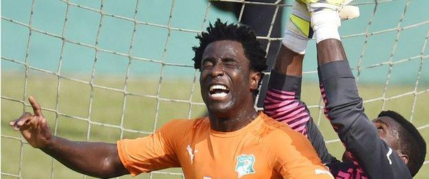 Wilfried Bony challenges Cameroon goalkeeper Joseph Ondoua