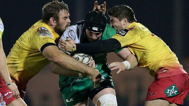 Scarlets pair Steffan Evans and Johan Snyman tackle Connacht's John Muldoon