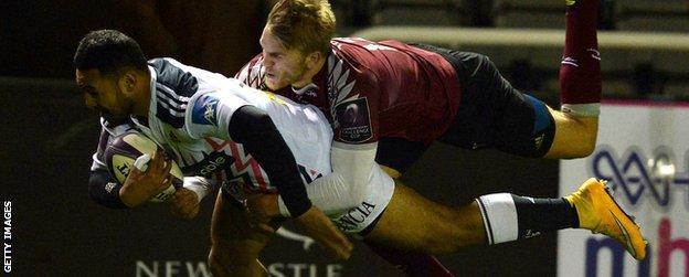 Krisnan Inu (l) tackled by Chris Harris