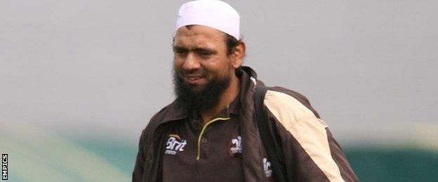 Saqlain Mushtaq, Surrey, Sussex and Pakistan