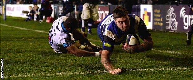 Matt Banahan dives over to complete his hat-trick
