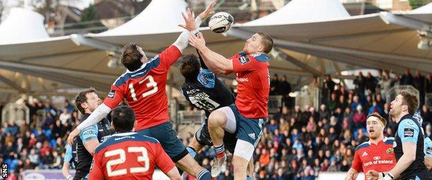 Munster and Glasgow players contest a line-out
