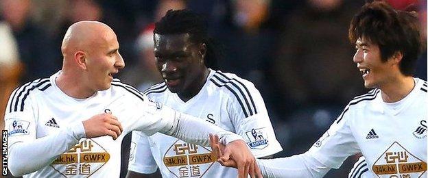Ki Sung-Yueng of Swansea City celebrates scoring their goal at Hull City with team-mates Jonjo Shelvey and Bafi Gomis