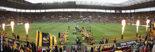 Wasps and London Irish emerge onto the pitch ahead of Wasps' first match at the Ricoh Arena