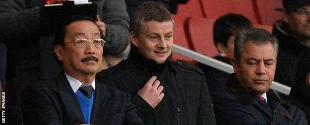 Cardiff owner Vincent Tan (L) with Ole Gunnar Solskjaer and chairman Mehmet Dalman (R)