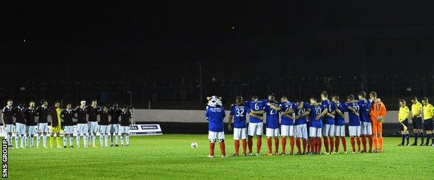 The teams observed a minute's silence in memory of those who were killed in an accident in Glasgow city centre yesterday