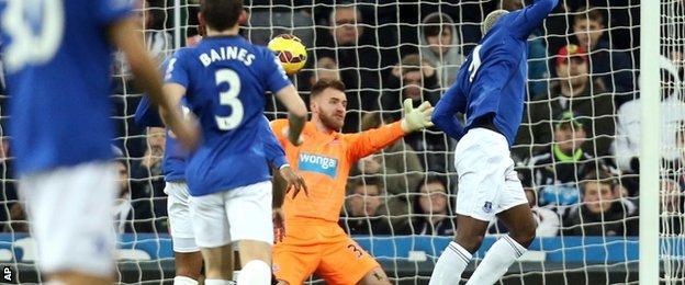 Everton's Arouna Kone scores