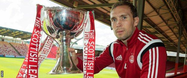 Aberdeen captain Russell Anderson with Scottish League Cup trophy