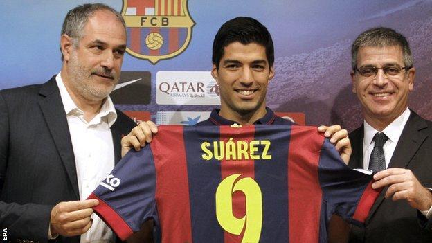 Andoni Zubizarreta (left) at the presentation of Luis Suarez's signing for Barcelona