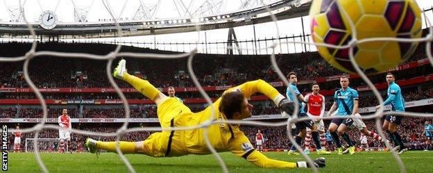 Alexis Sanchez scores Arsenal's second goal