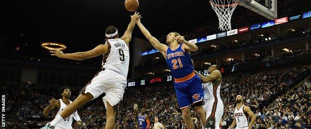 Jared Dudley of Milwaukee Bucks challenges Lou Amundsen of New York Knicks