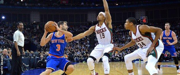 New York Knicks' Jose Calderon holds the ball in front of Milwaukee Bucks' Jerryd Bayless and Giannis Antetokounmpo
