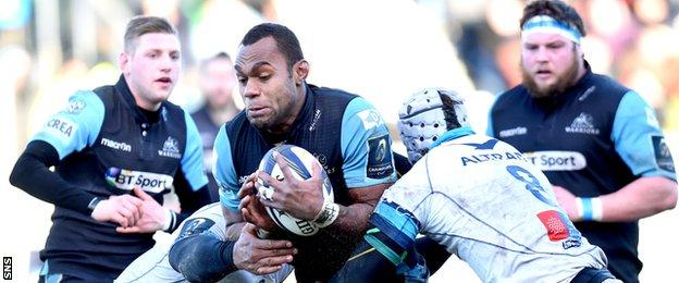 Leone Nakarawa (centre) is challenged by Montpellier's Robins Tchale Warchou (left) and Ben Mowen