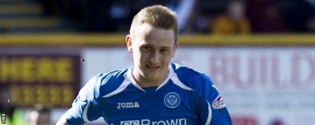 Derek Riordan in action for St Johnstone