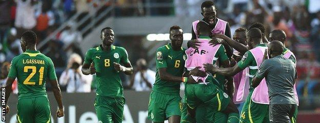 Senegal players celebrate Moussa Sow's injury-time winner