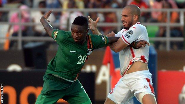 Emmanuel Mayuka holds off Aymen Abdennour