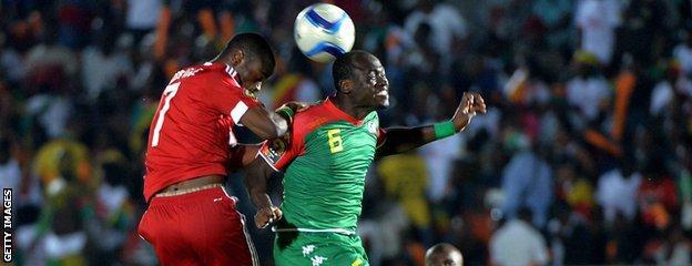 Burkina Faso's midfielder Djakaridja Kone (R) heads the ball with Congo's midfielder Prince Oniangue