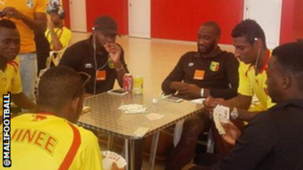 Mali and Guinea players playing cards