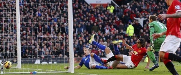 Radamel Falcao slides in to extend Manchester United's lead from close range