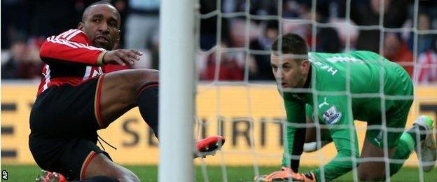 Sunderland's Jermain Defoe scores beyond Burnley goalkeeper Tom Heaton