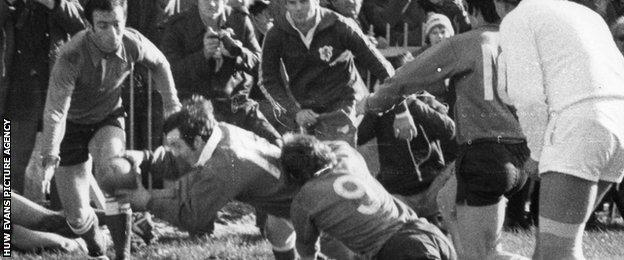 Phil Bennett scores for Wales against France in 1978