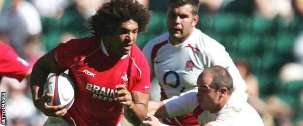 Wales flanker Colin Charvis runs with the ball against England in 2007