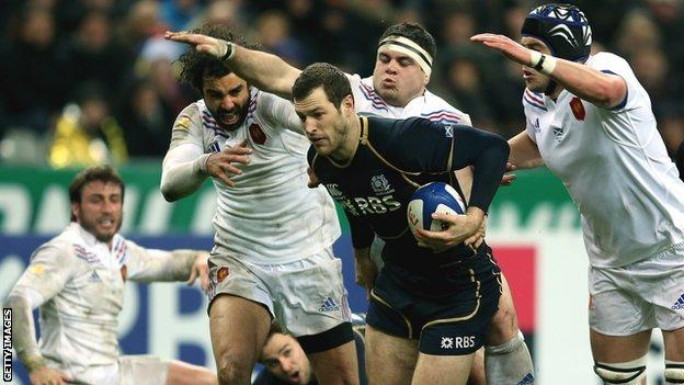Tim Visser tries to evade the French challenges in Paris in 2013