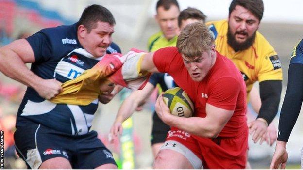 Sale's Eifion Lewis-Roberts takes the shirt off Scarlets' Darren Harris