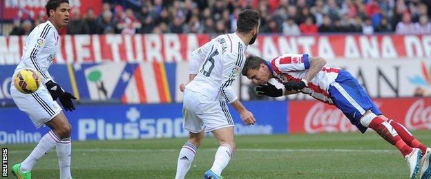 Mario Mandzukic heads in Atletico Madrid's fourth goal