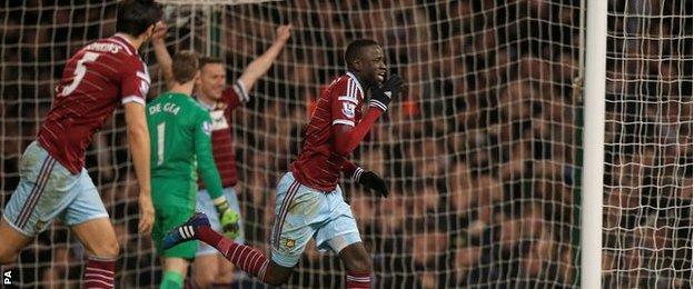 Cheikhou Kouyate celebrates scoring aganst Manchester United