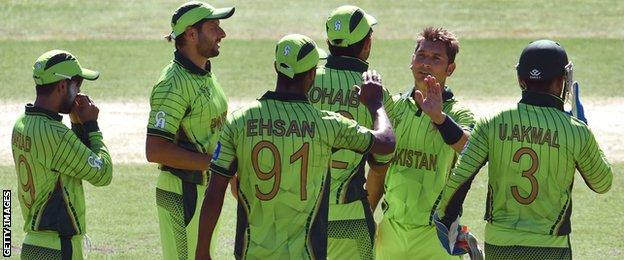 Pakistan celebrate a wicket by Yasir Shah (second right)