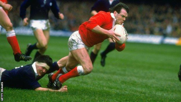 Ieuan Evans goes over against Scotland in 1988