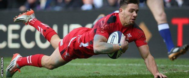 Rhys Webb scores Wales' opening try
